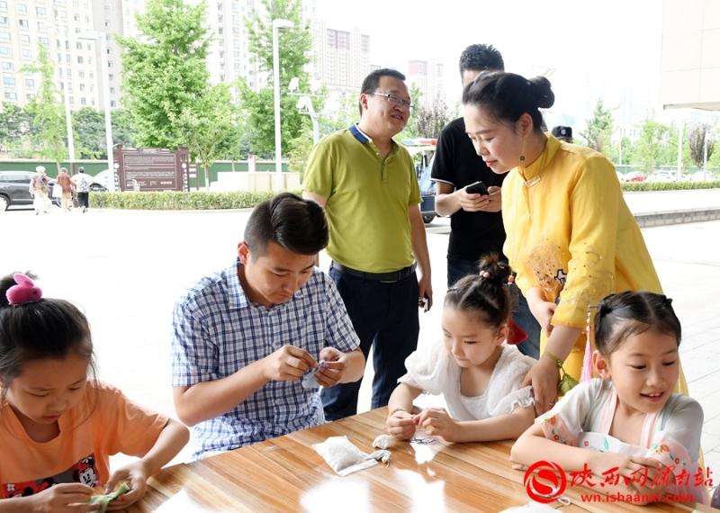 假期市民进渭博 香言茶语迎端午(组图)