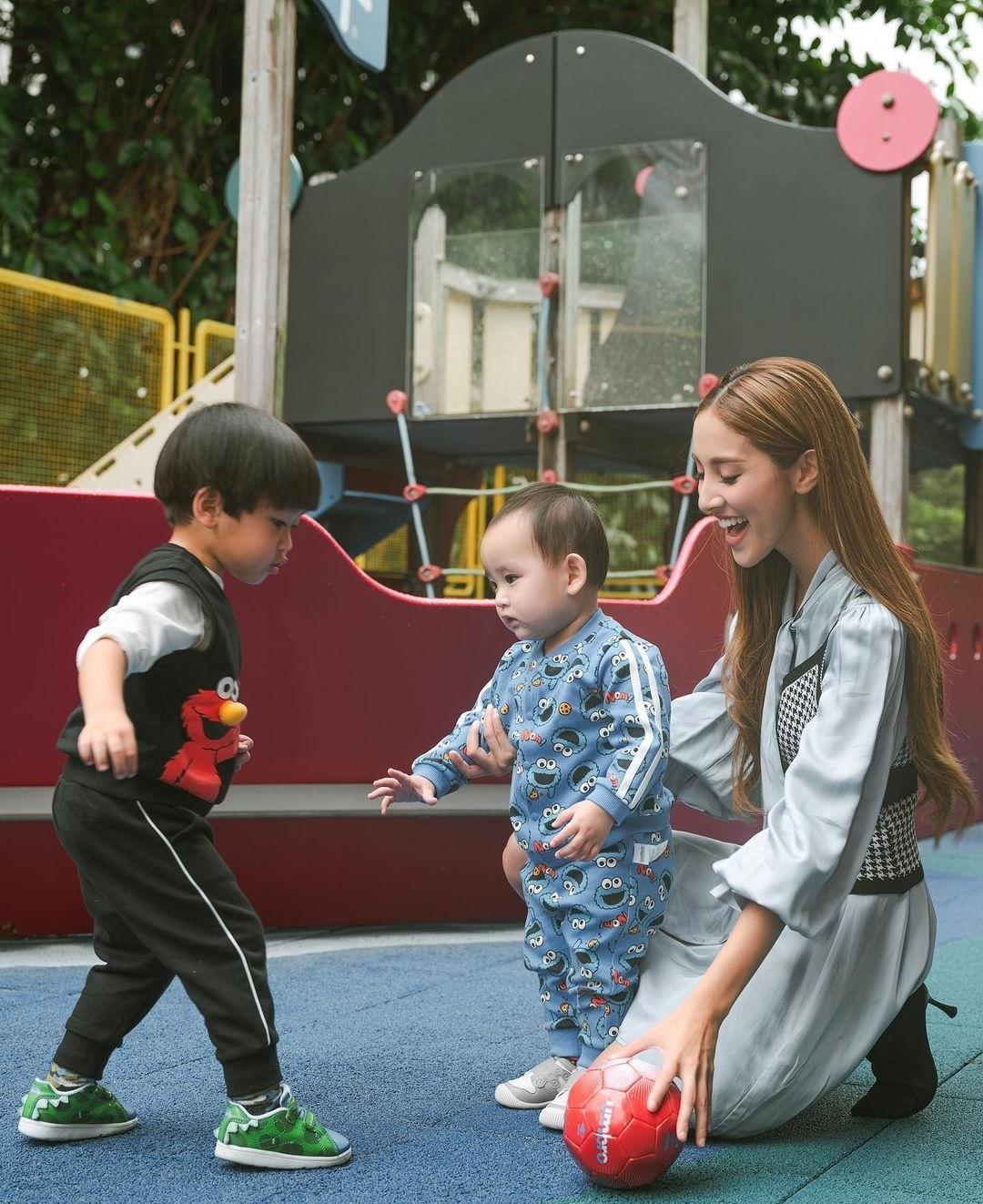 郑嘉颖港姐老婆携子拍广告,兄弟俩肤色差明显,一个活泼一个呆萌