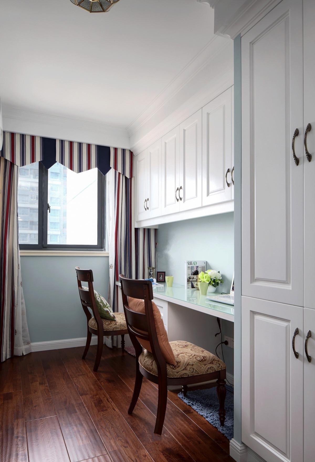 新房四居室装修图,客餐厅铺贴复古美式地砖,时尚且耐看