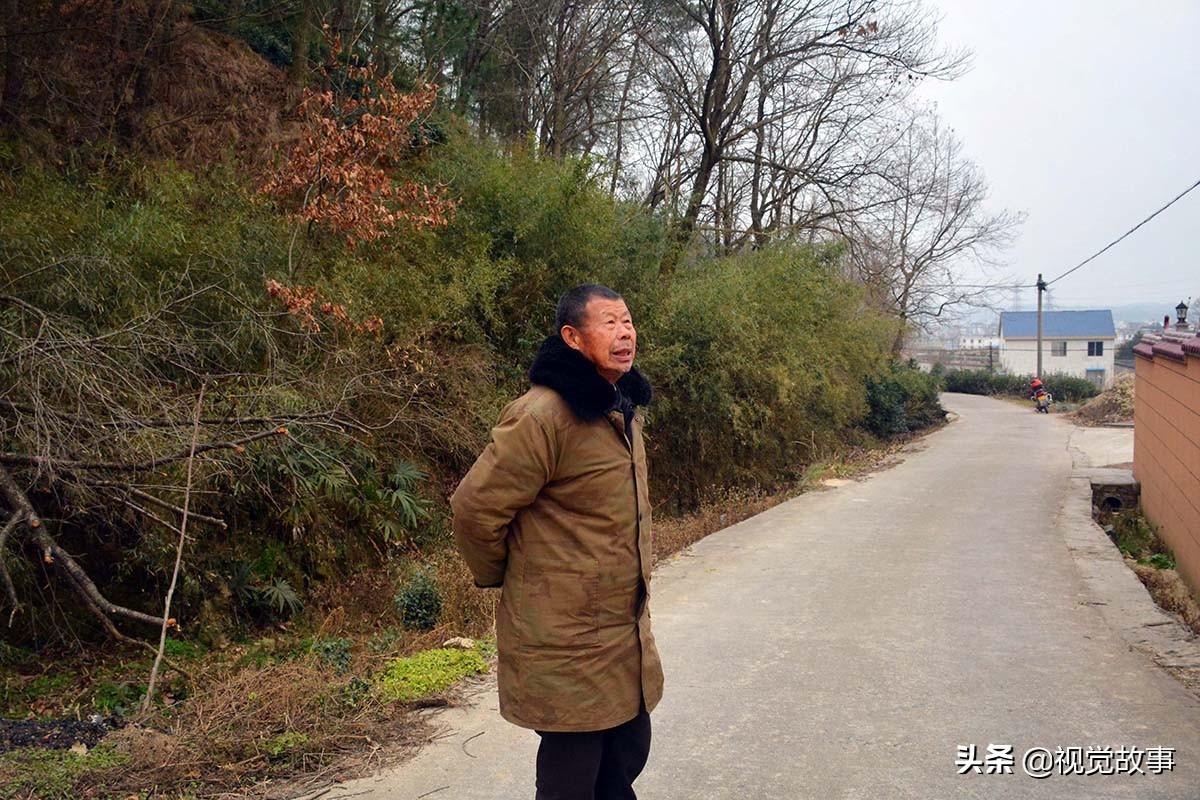 村民在山邊建別墅,建景觀亭做停車場,70歲大爺天天來欣賞