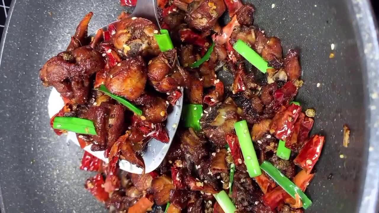 四川辣子鸡的做法,焦香酥脆麻辣鲜香,香辣过瘾超级解馋