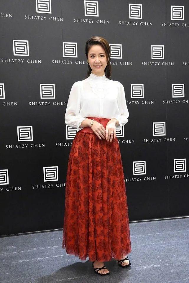 林心如出席活动,白衬衫搭配碎花红裙,44岁不修图也很惊艳