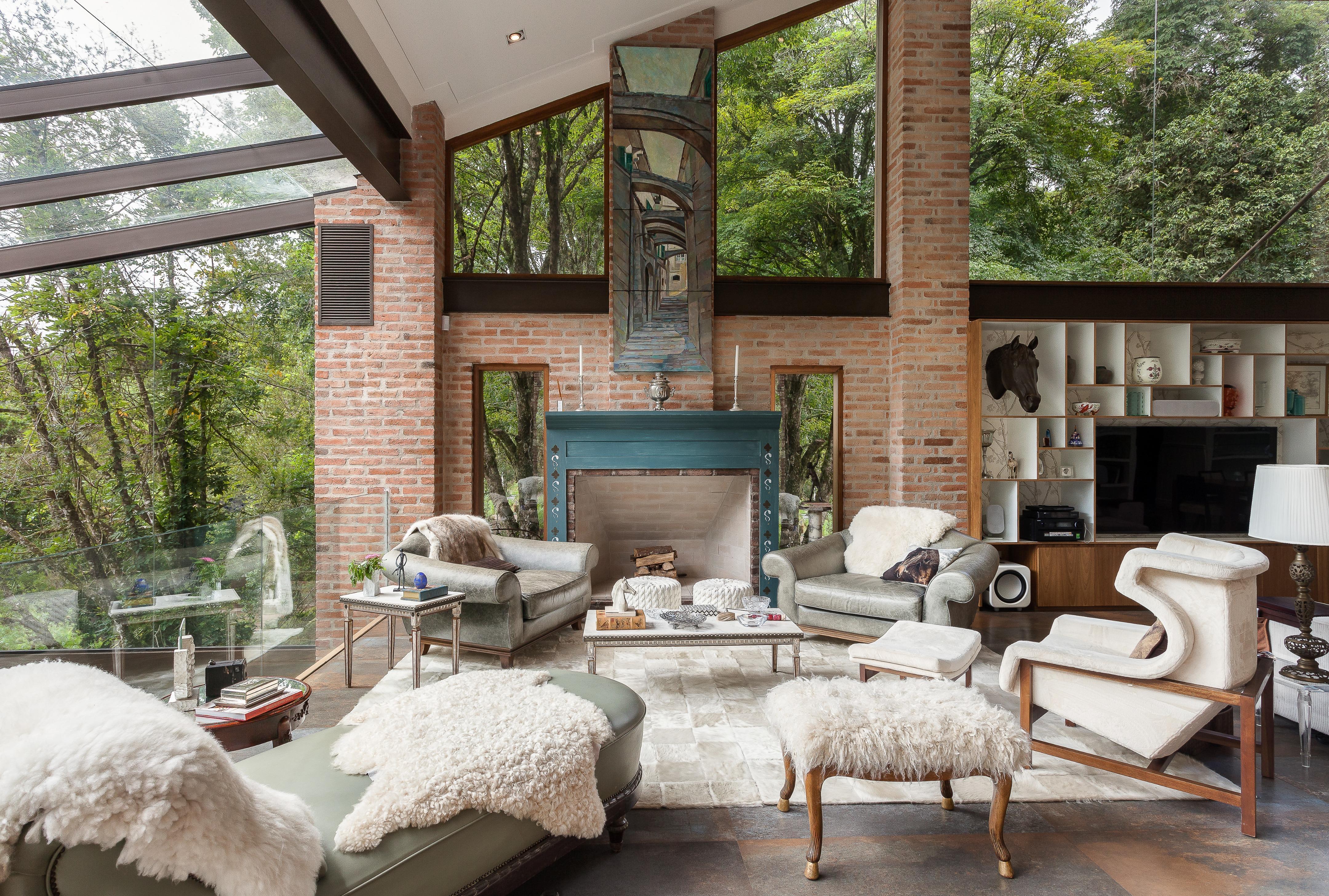 被这幢湖景别墅迷住了,躺在玻璃阳光房内,享受270°观景视角