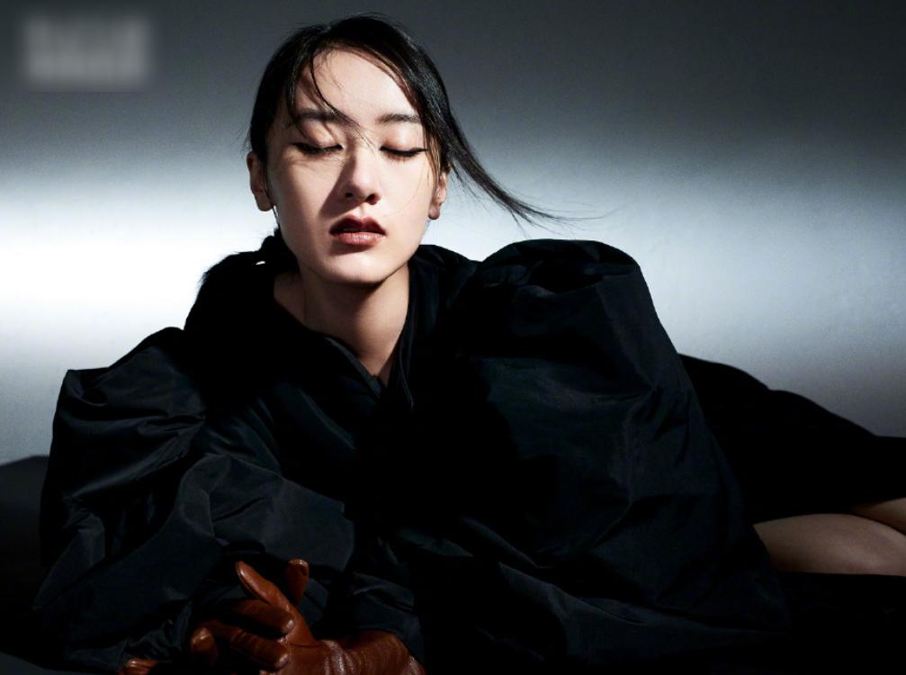 袁冰妍拍摄杂志大片,酷炫朦胧风神似赵丽颖,看清腿围后我酸了
