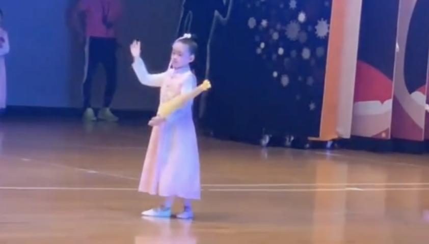 大s婆婆曬孫女演出視頻,小玥兒舞姿稚嫩,手持油紙傘變民國女孩