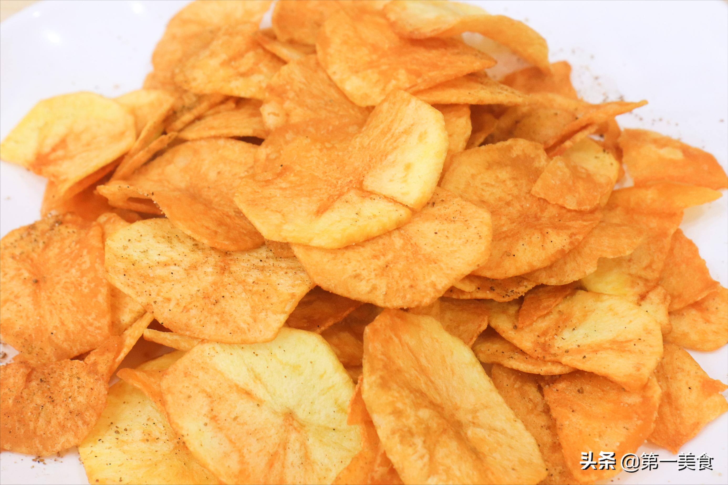 想吃薯片不用买,自己在家炸的一样嘎嘣脆,三个土豆炸一大锅