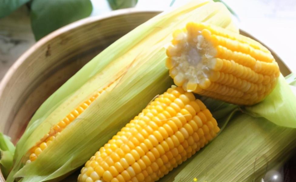 煮玉米,别只会用清水煮!学会这3个窍门,玉米软嫩清甜特好吃 美食做法 第2张