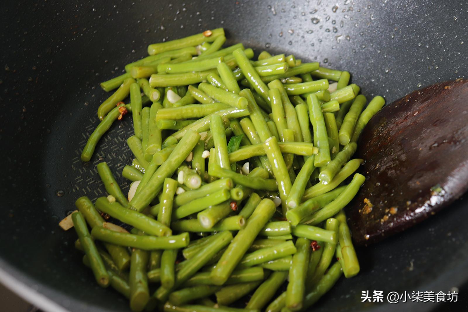 炒豆角时,切记不要直接下锅炒,多加2步,鲜嫩入味,营养又下饭 美食做法 第10张