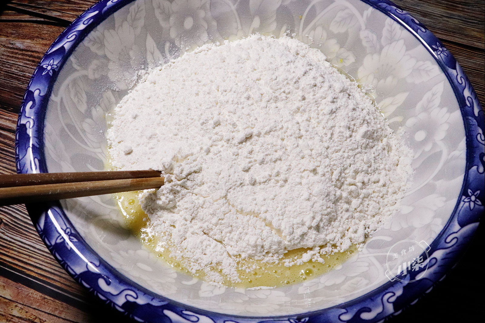 麵粉裡加2個雞蛋,一擀一切個個開口,入口即化,好吃到吮手指