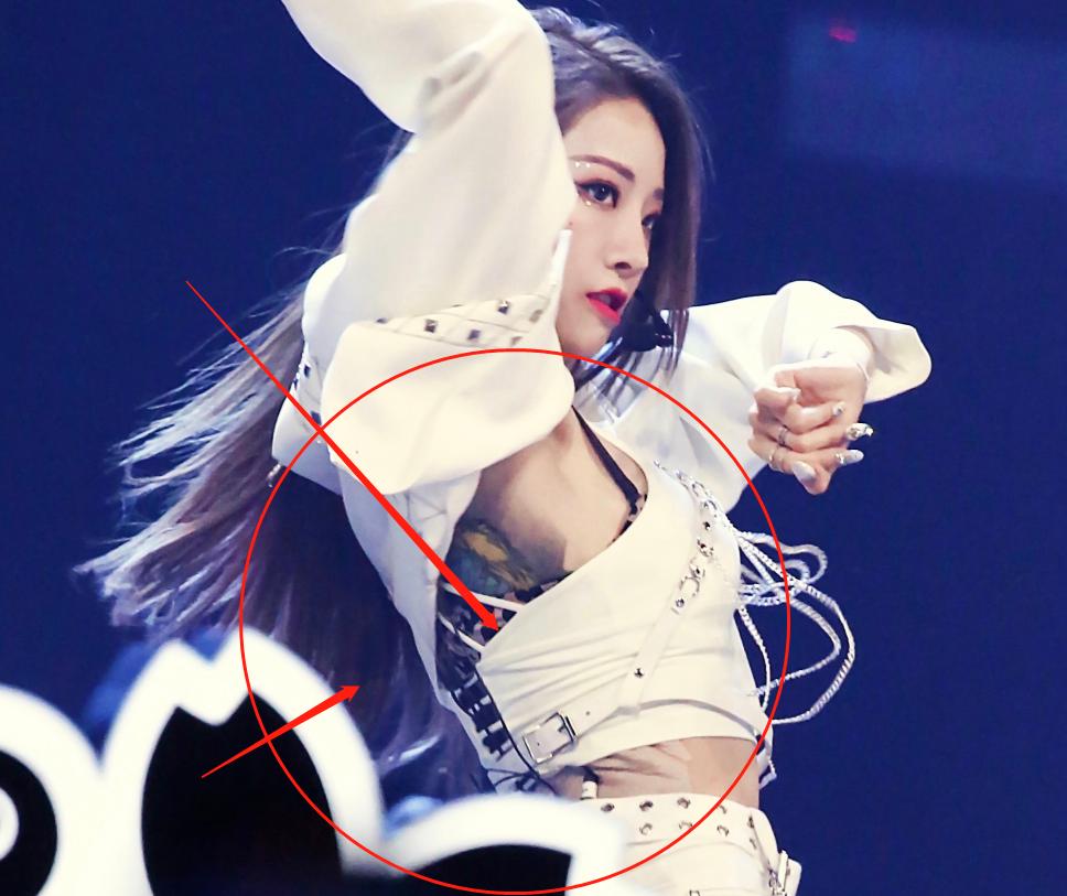 THE9成员cos破产姐妹造型美图来一波,全员统一穿T恤,喻言不一样?