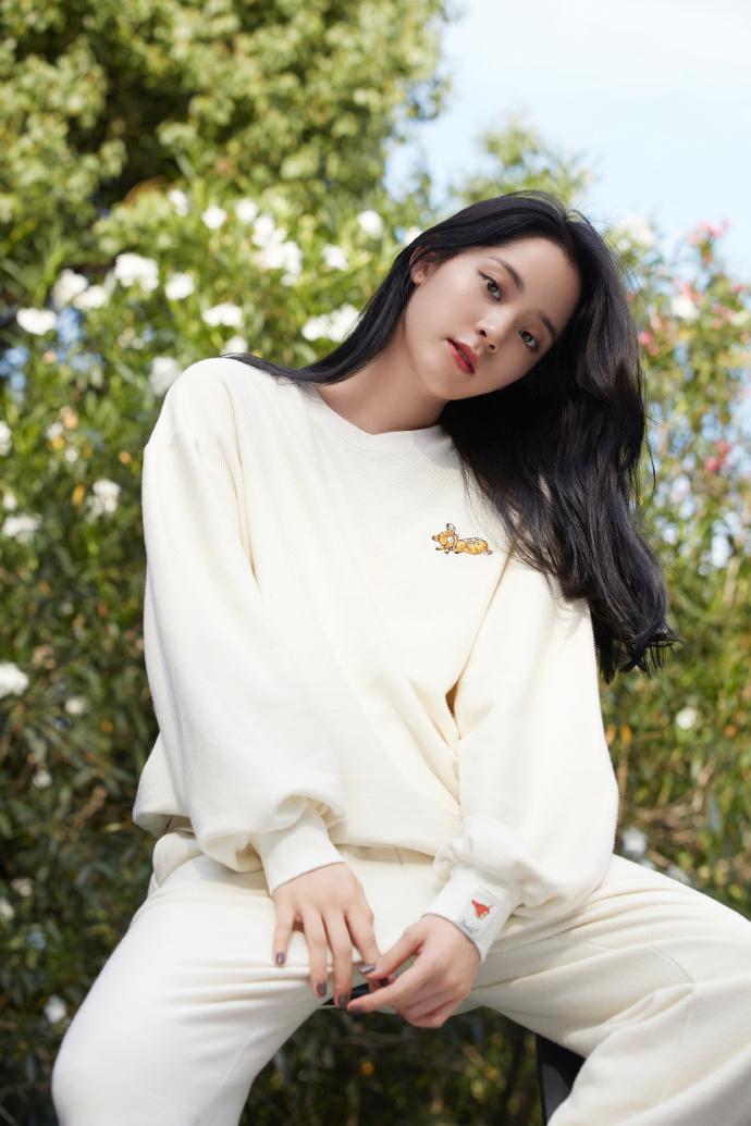 名门泽佳:欧阳娜娜成私服设计师,小鹿斑比元素穿搭效果甜酷十足