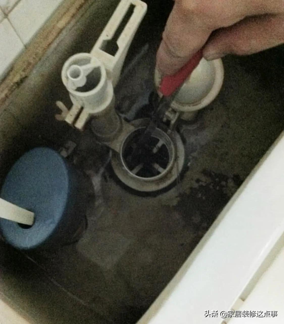 """""""不要往马桶水箱内放蓝色洁厕剂了,害人害己""""!这个是真的吗?"""
