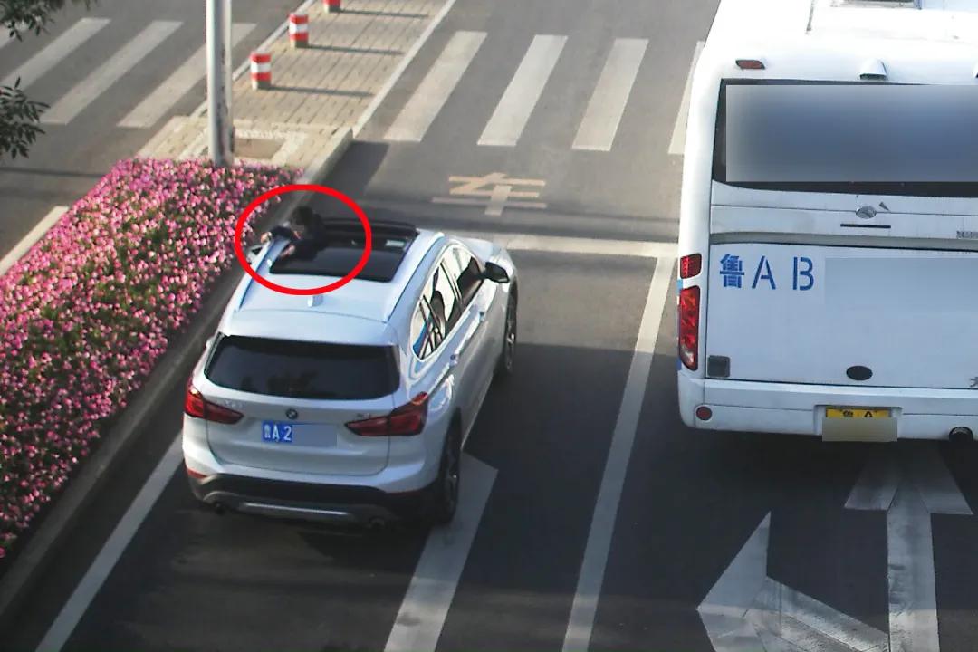 """济南交警提醒:汽车天窗不是观景台,这样的""""兜风""""要不得"""