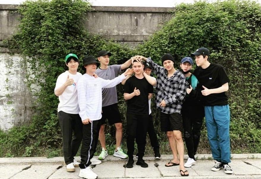 """金钟大正式入伍,EXO传统的入伍""""摸头照"""",唯独缺了金钟大"""