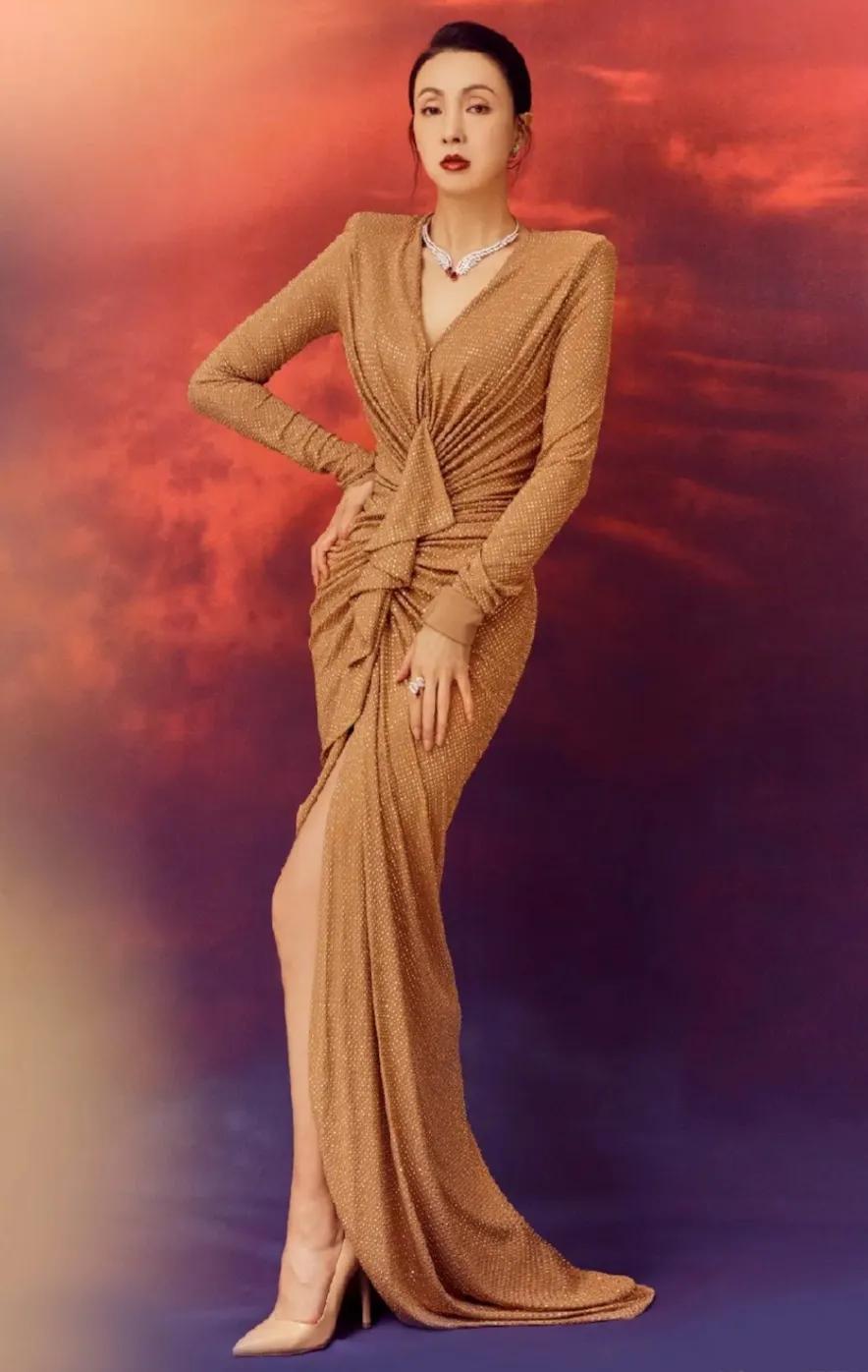 """陶红穿连衣裙参加时尚派对,简直就像一条金色的""""美人鱼"""""""