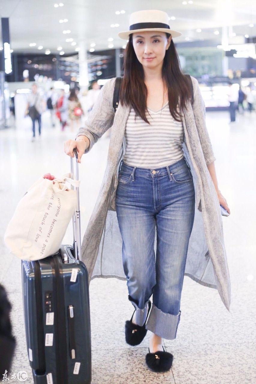 陶虹穿廉价花衣服走机场,搭短裤修饰腿型,素人都不会这么搭配