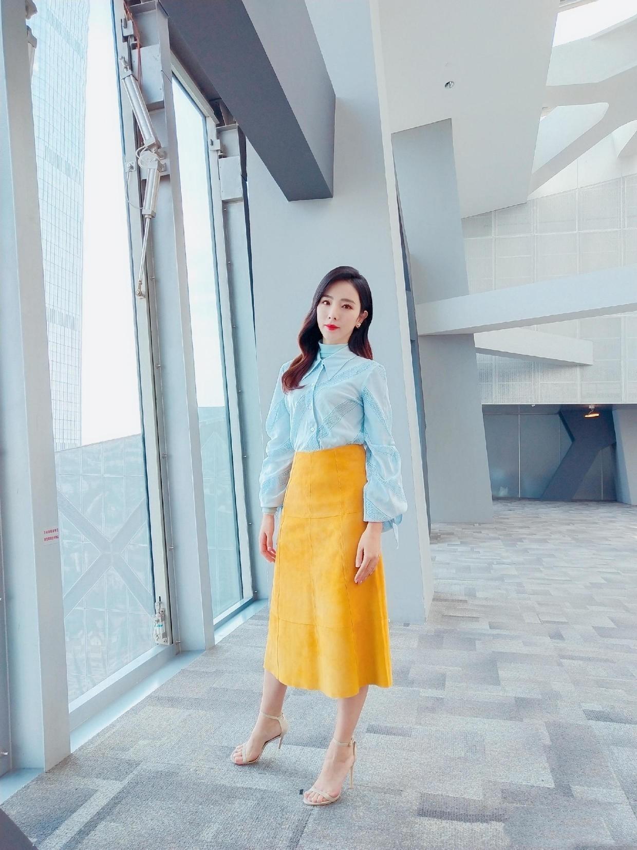 央视名嘴李思思真会穿,蓝色衬衫配黄裙玩大胆撞色,意外高级大气