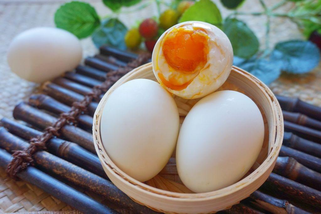 醃鹹鴨蛋有妙招,不用黃泥,不用鹽水,乾淨簡單,個個流油起沙