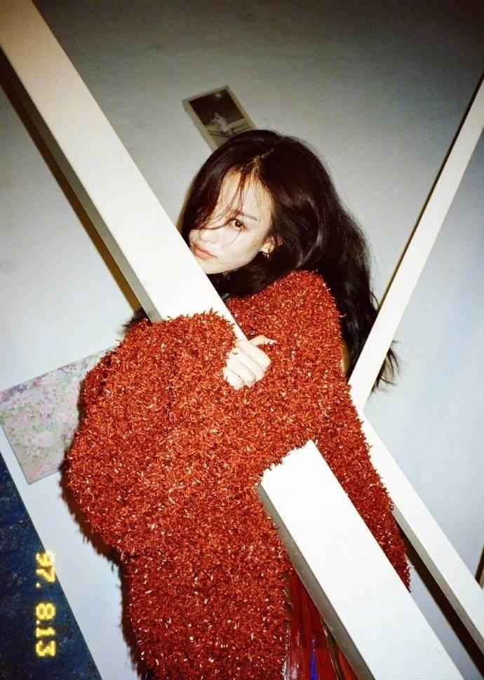倪妮 × 周末画报,胶片 雀斑 搭配,美得毫不费力!