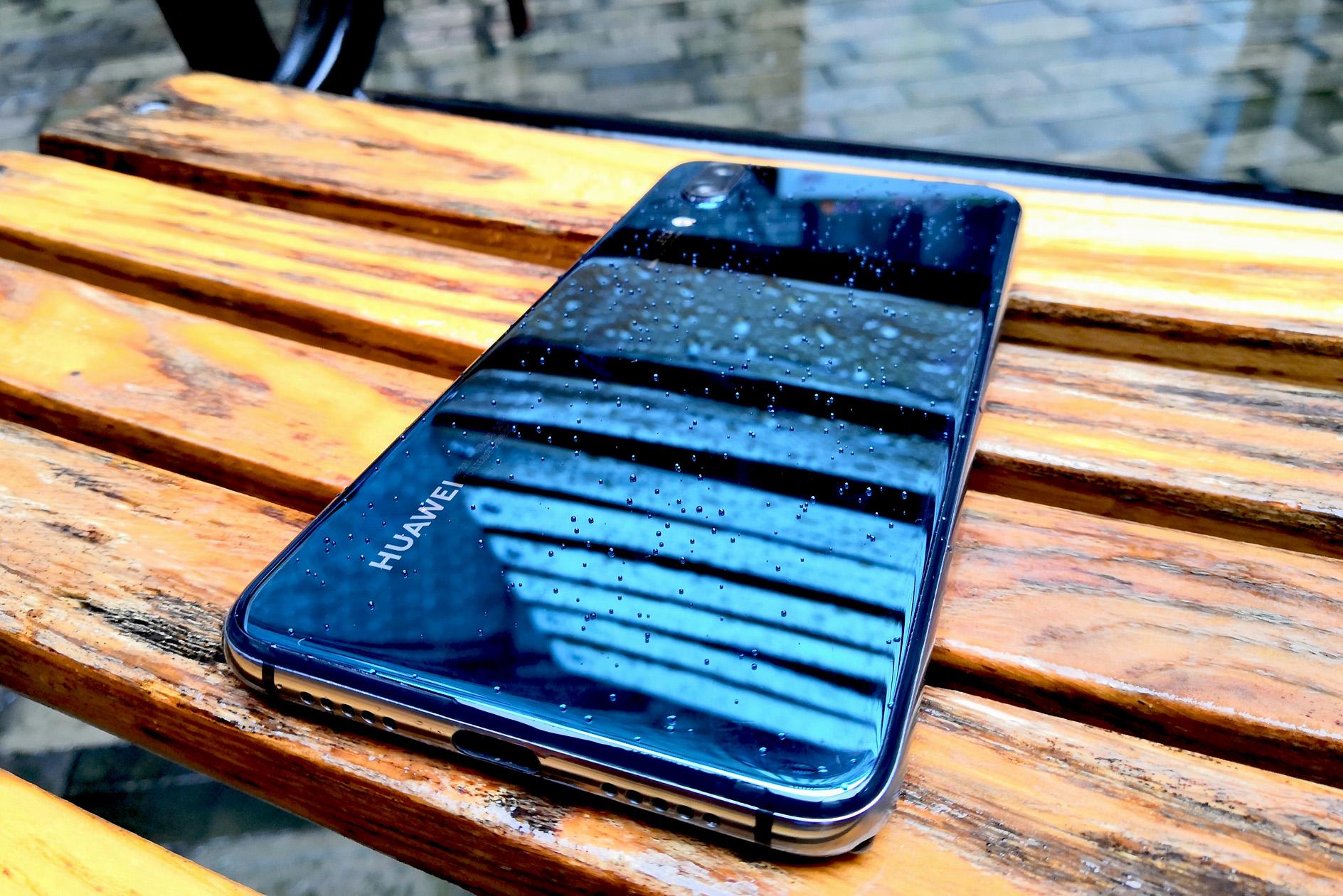 华为公司P20經典宝石蓝,不只是一件艺术品,還是一款手机游戏神机!