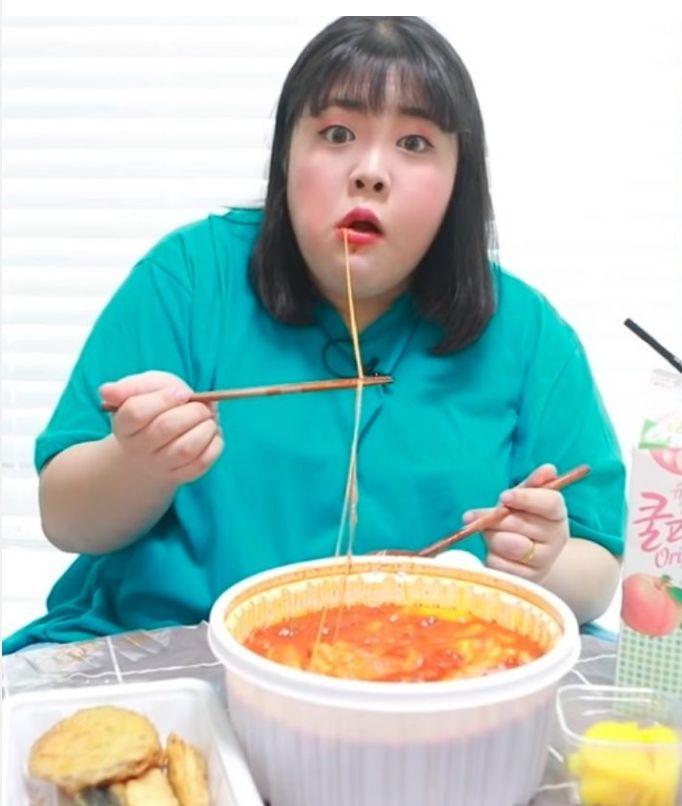 热点 没有高颜值和优雅吃相,这个大口吃肉的韩国吃播妹子,依然吸粉无数
