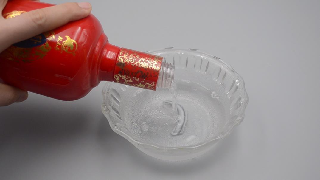 廚房玻璃上油乎乎的難清洗? 家政阿姨教你一招,省時干淨又不留灰