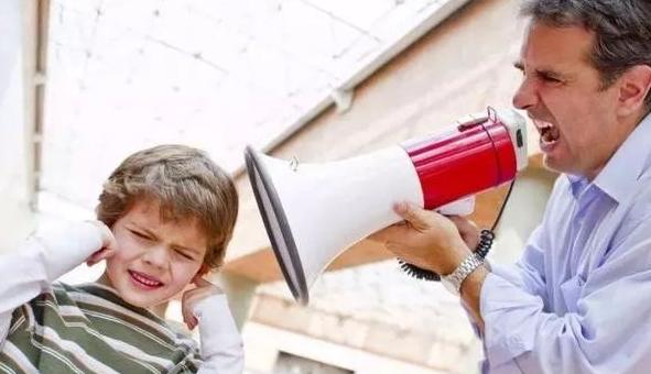 """""""妈妈饶了我吧,我不要了"""",8岁女孩跪地讨饶,失控家长是妖怪"""