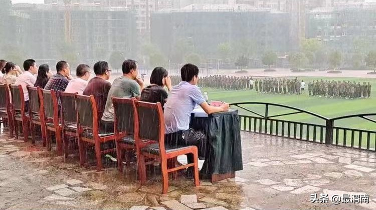 学校回应领导陪学生冒雨军训汇演,何必非要雨中军训?