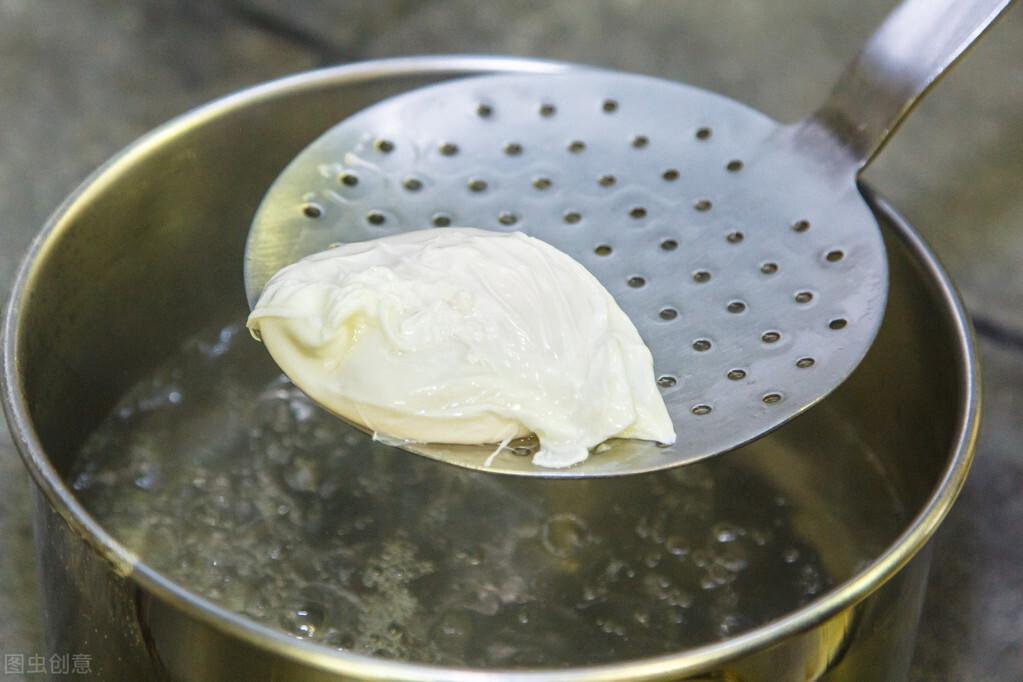 水煮荷包蛋,水开下锅可不行,难怪不圆润还散花,教你正确做法 美食做法 第5张