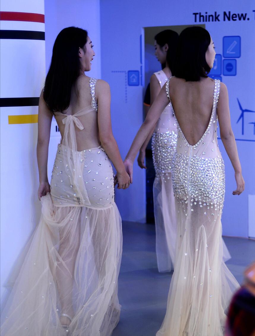 """裙子要露背才有个性,转身的时候,真是""""背影杀手""""的代表了"""