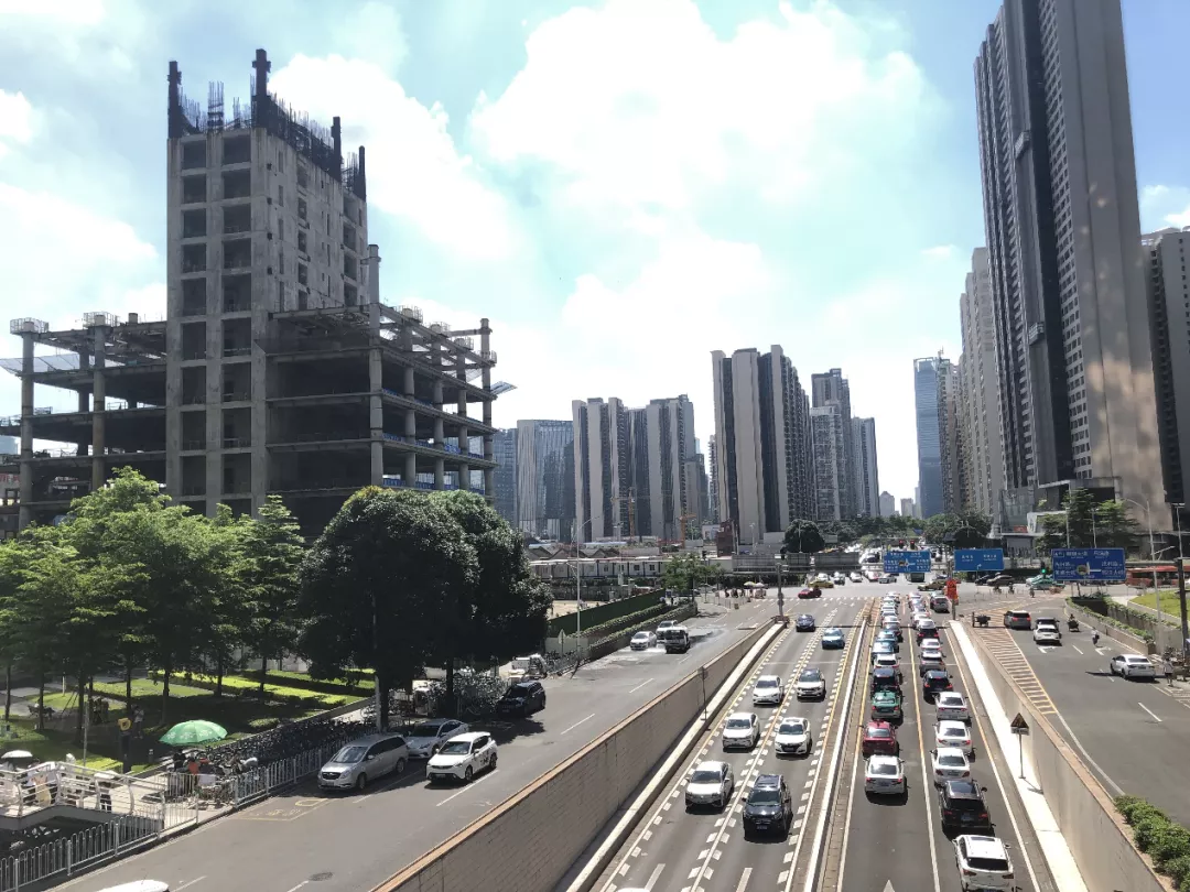 """广州天河CBD烂尾大楼停工6年 开发商称""""修复不了就炸掉"""""""