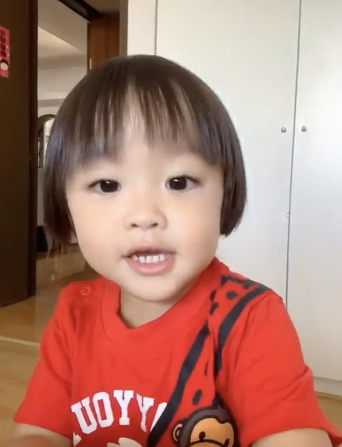 鄭嘉穎曬一歲半兒子,成功從一數到十開心拍手,表情豐富萌態十足