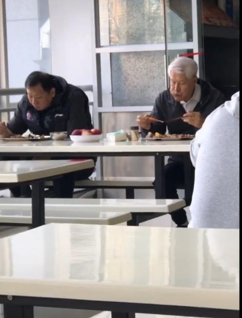 80岁蒋兴权食堂吃土豆炖排骨!辽宁引进NBA狠人对抗广东