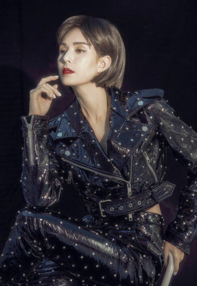 李若彤终于换发型,一头短发配铆钉皮衣知性帅气,大红唇摩登时尚