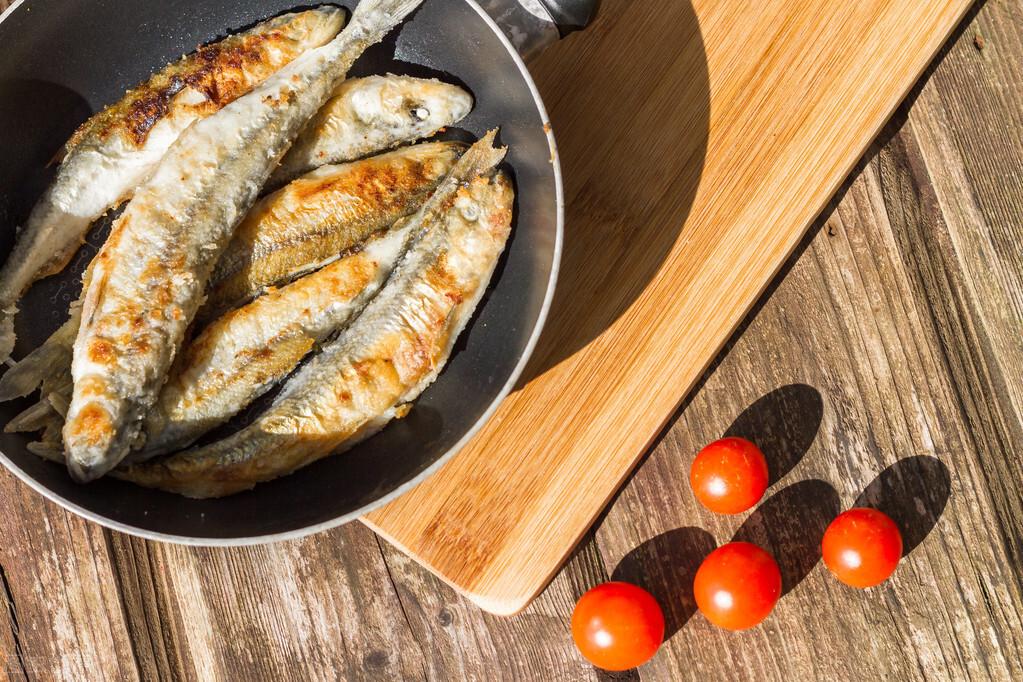 无论煎什么鱼,不要直接倒油煎,多加一步,鱼皮不掉更香酥 美食做法 第6张