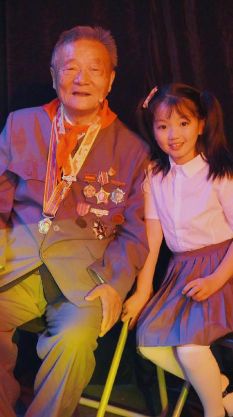 阿拉蕾8岁近照曝光,穿制服唱歌意外撞脸林小宅,被评像洋娃娃