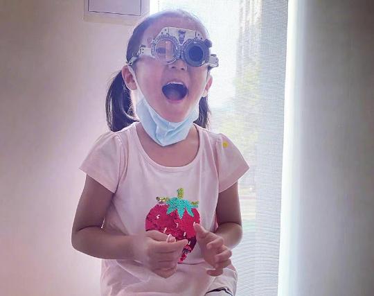 賈靜雯曝女兒患先天眼疾,5歲戴600度眼鏡,險錯過黃金治療期
