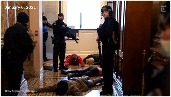 """瞧瞧,美国警察是怎么收拾""""暴徒""""的?"""