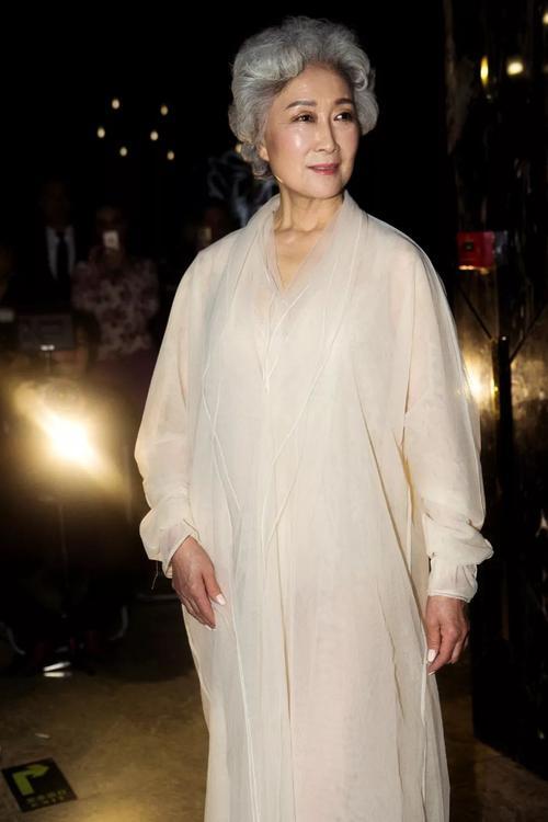 """68岁奶奶穿""""JK制服""""狂吸粉,背影年轻被叫姐姐,粉丝:漂亮"""
