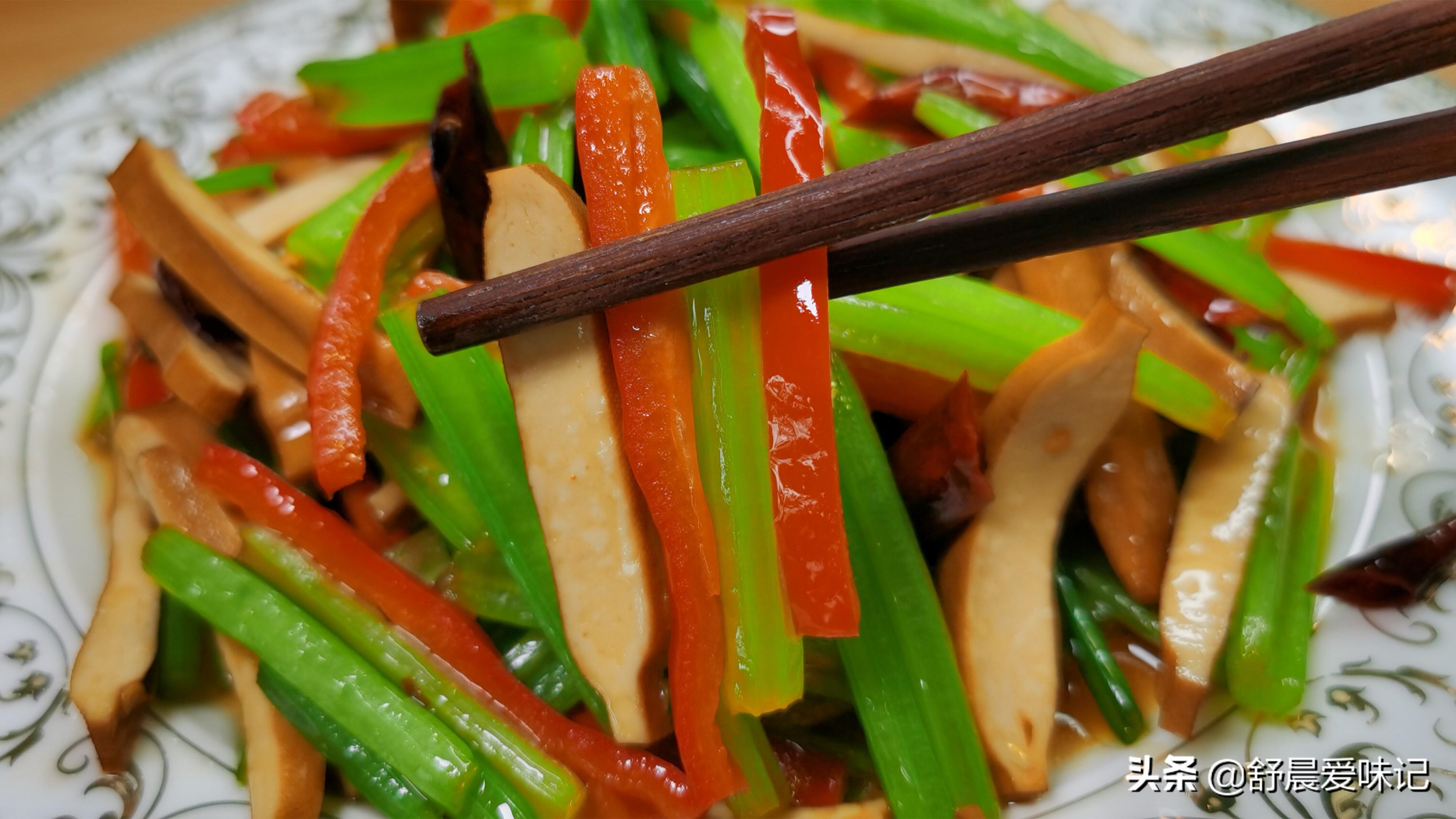 芹菜炒豆干,怎么做才好吃?饭店都喜欢的做法,清脆爽口又入味 美食做法 第2张