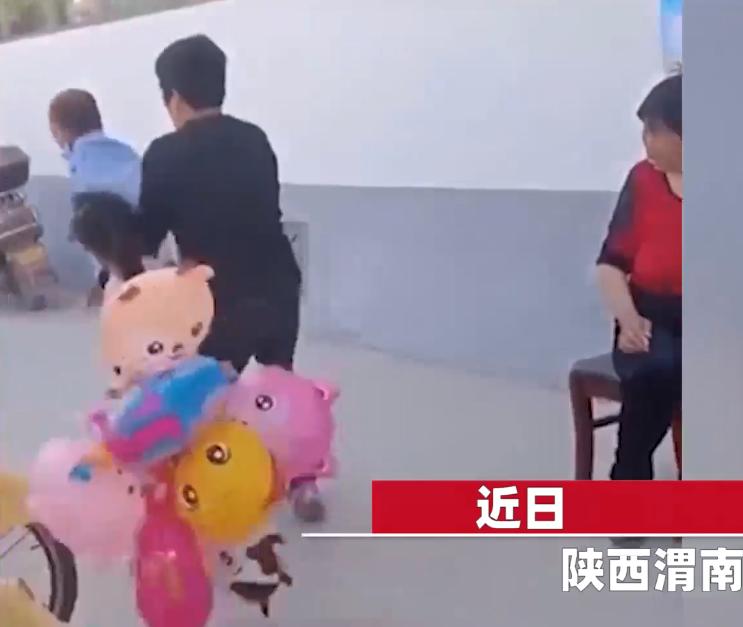 """""""我不卖了"""",女孩景区门口卖气球遭驱逐痛哭,涉事保安已被批评教育"""
