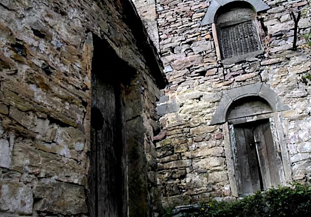 河南一座废弃的村子,被称为中国第一鬼村,当地人从不当回事