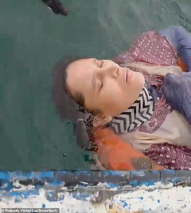 外国女与家人失联2年,漂在海面8小时被船夫发现,仍有生命体征