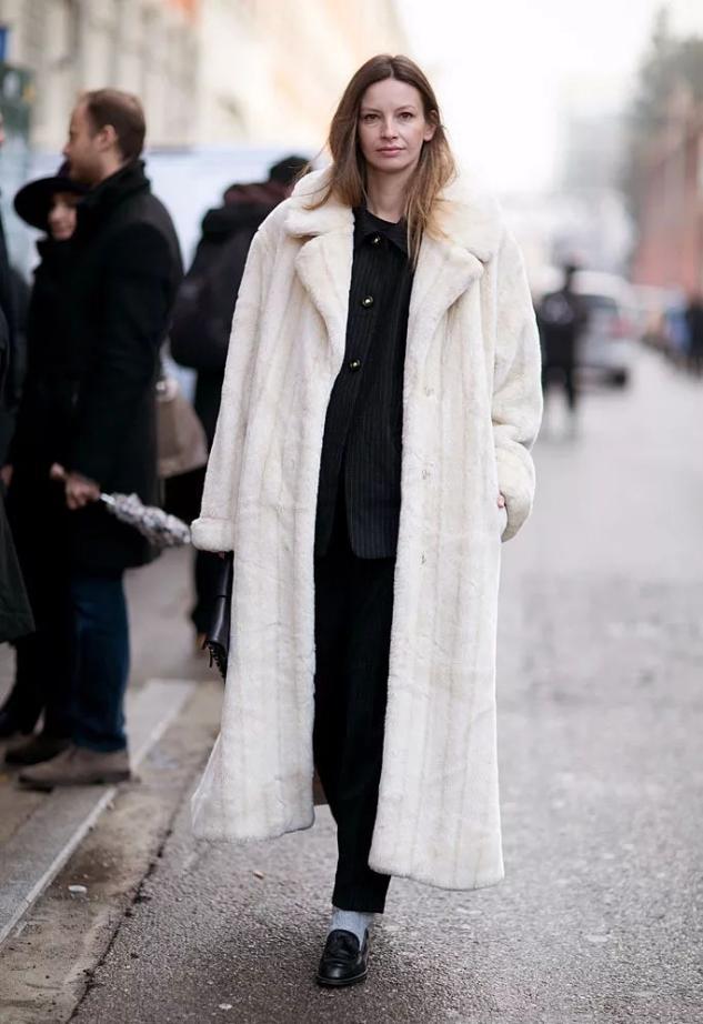 不管大衣还是羽绒服,女人少买黑色,这3种颜色更高级,洋气减龄