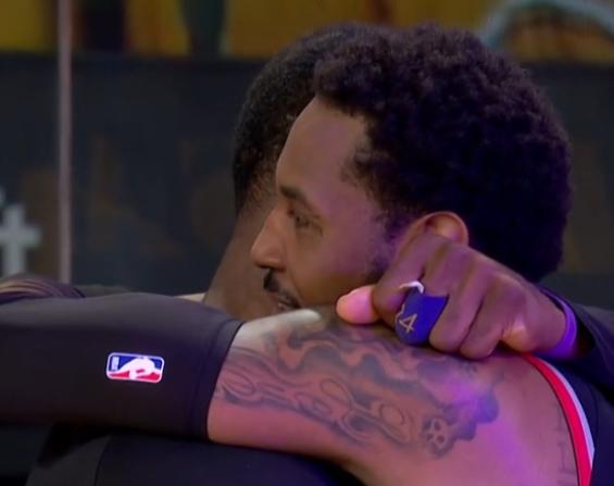 【影片】這一幕看哭多少球迷?比賽還沒結束,詹姆斯徑直走出板凳席,奔向安東尼擁抱!-籃球圈