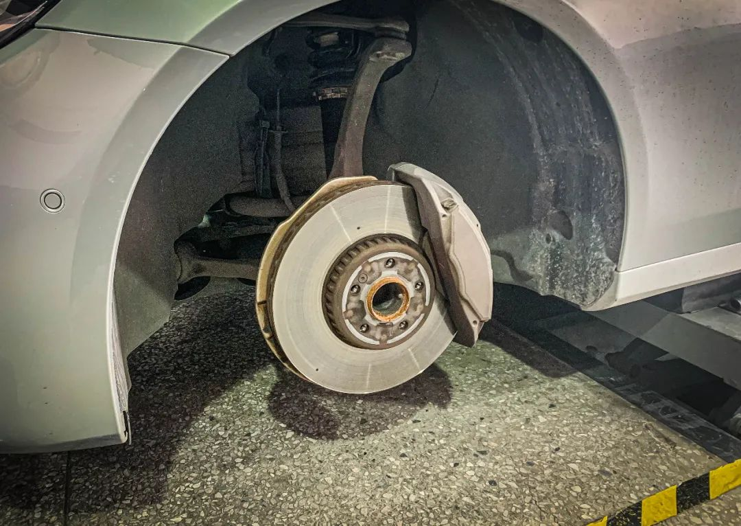 奔驰E级改装!刹车大满贯前六后双卡钳套件升级