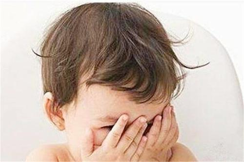孩子看到邻居就哭是因为看到脏东西?并非迷信,这3点父母要有数