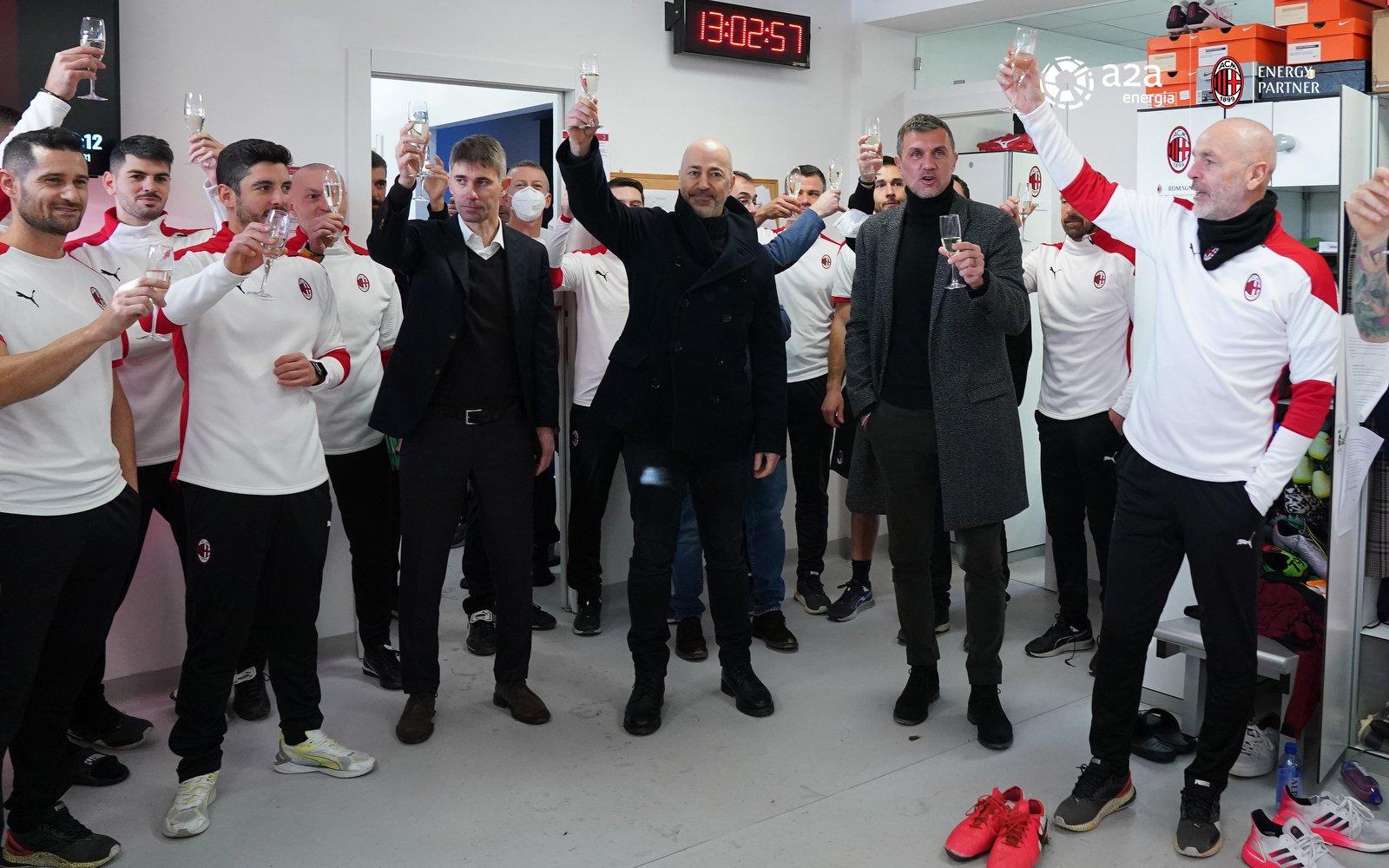 团队建设五大联赛第一名!AC米兰管理层开香槟酒迎接新年钟声