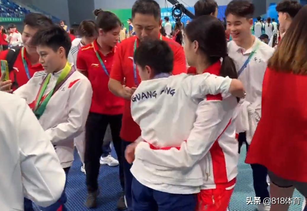 团宠!全红婵被奥运冠军任茜公主抱,考拉般挂在师姐林珊身上不撒手