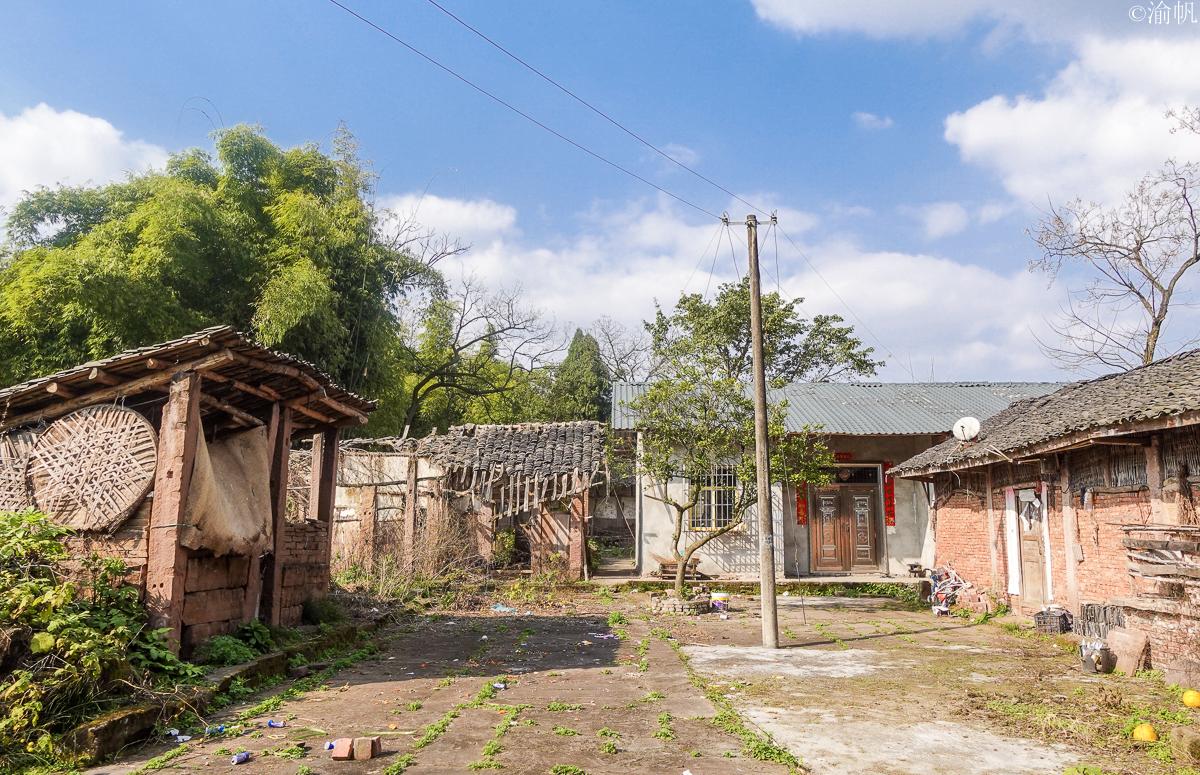 重庆大山中发现一座雄伟的清朝古寨,村民过着与世无争的田园生活